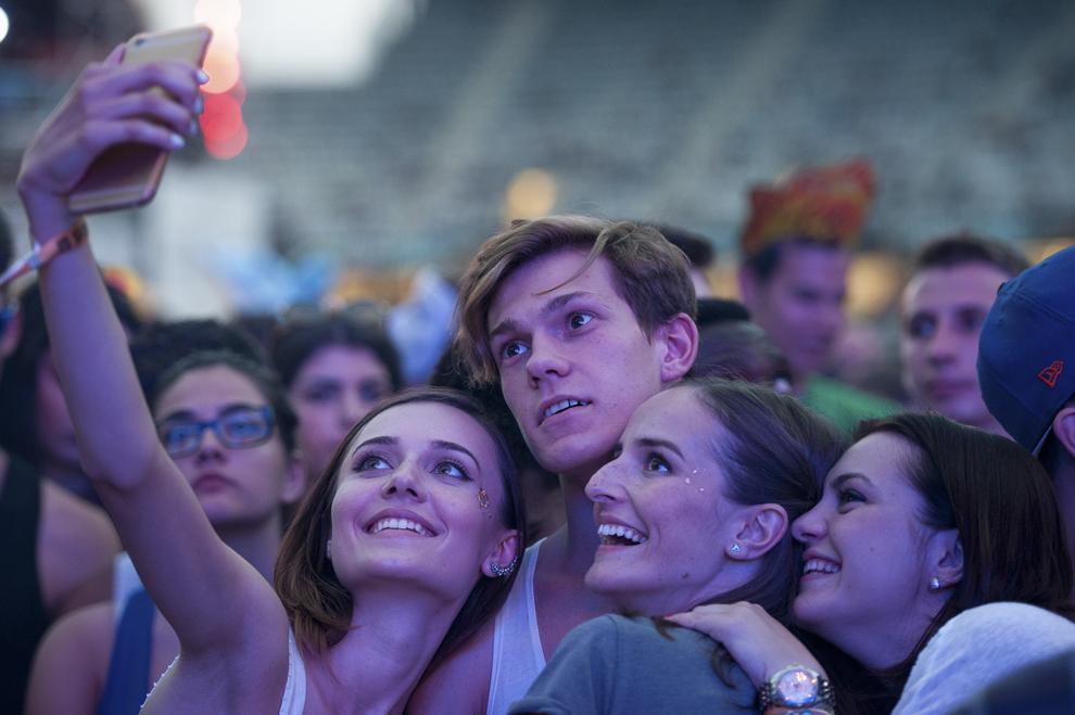 Persoane isi fac selfie, in cadrul festivalului Untold, pe Cluj Arena, sambata, 1 august 2015.