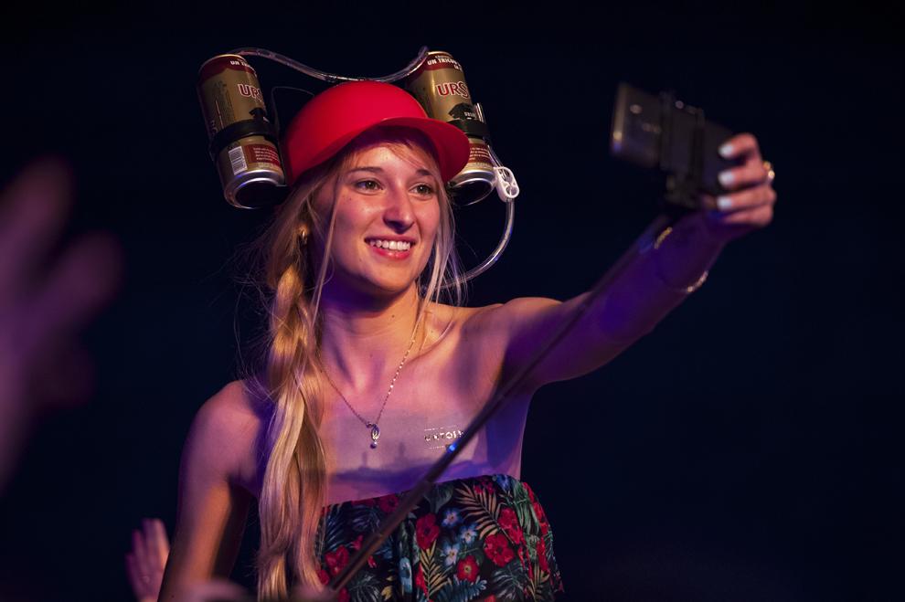O tanara isi face selfie, in cadrul festivalului Untold, pe Cluj Arena, sambata, 1 august 2015.