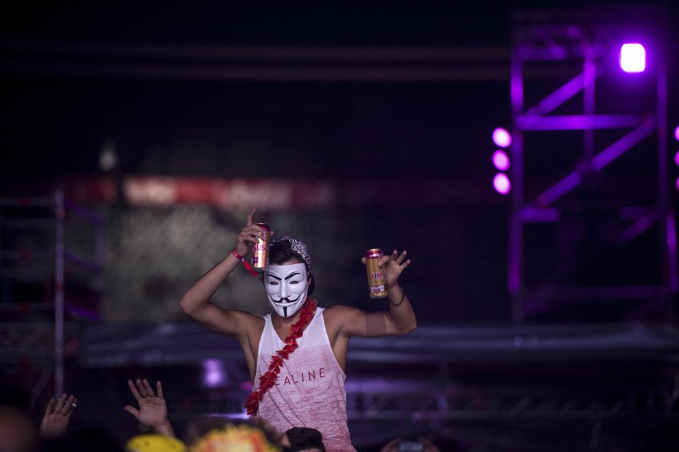 O persoana manifesta in cadrul concertului sustinut de dj-ul Third Party, in cadrul festivalului Untold, pe Cluj Arena din Cluj-Napoca, duminica, 2 august 2015.