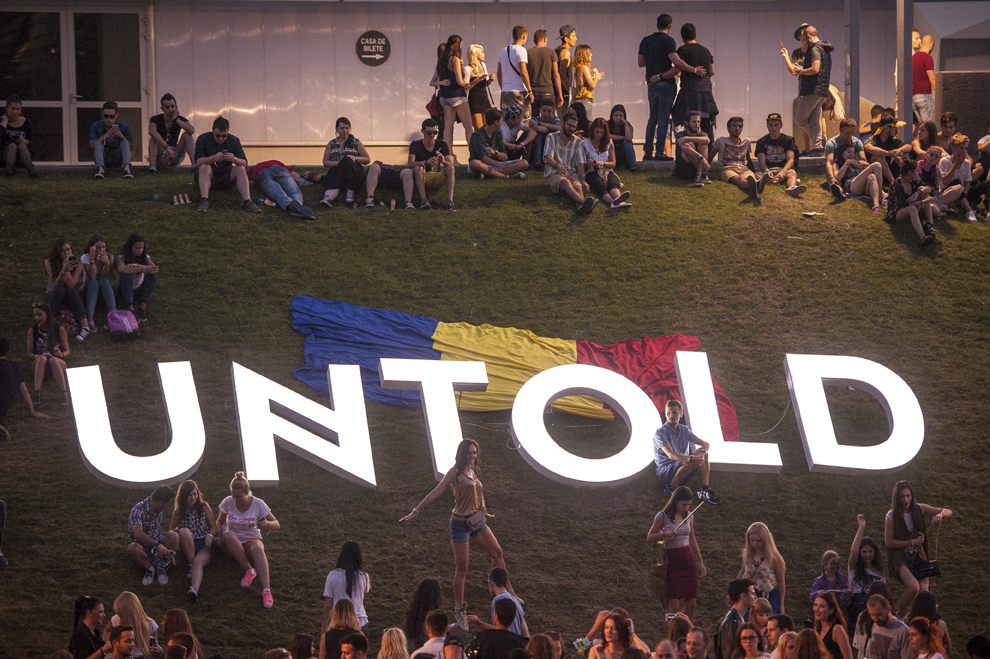 Persoane se relaxeaza in timpul festivalului Untold, pe stadionul Cluj Arena, in Cluj-Napoca, duminica, 2 august 2015.