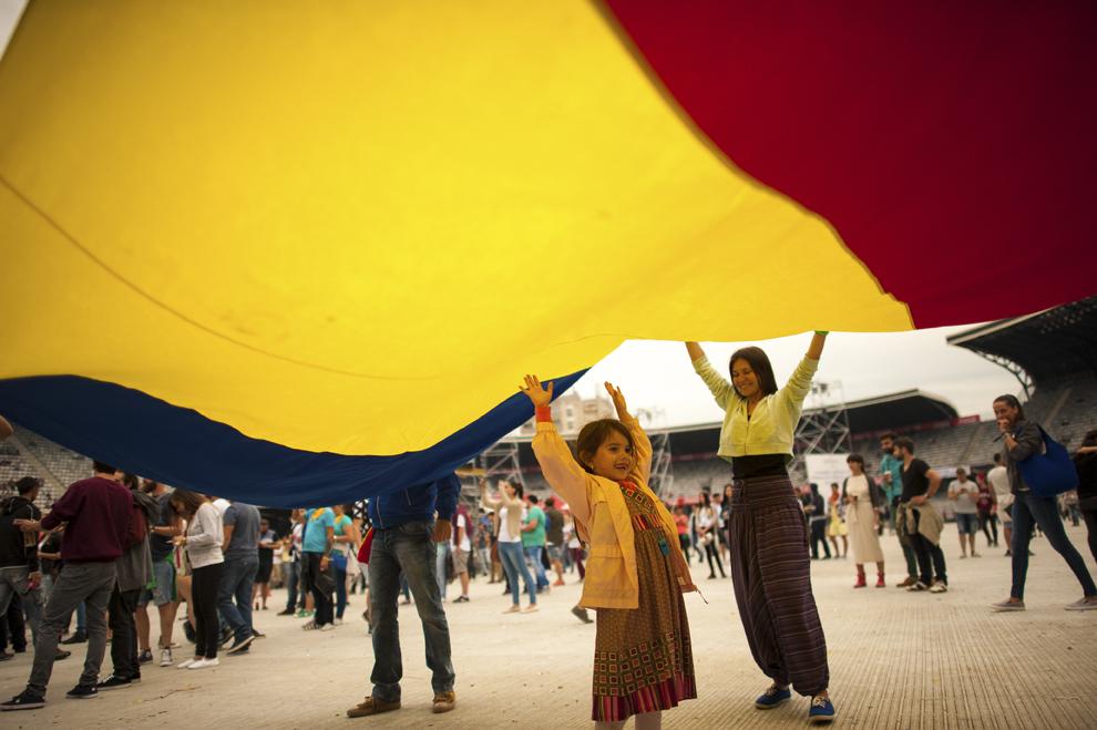 Un steag tricolor urias este desfasurat in timpul festivalului Untold, la Cluj-Napoca, vineri, 31 iulie 2015.