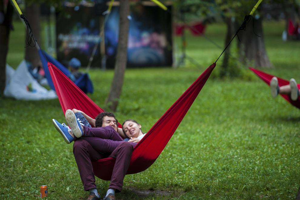 Tineri se relaxeaza in cadrul festivalului Untold, la Cluj-Napoca, vineri, 31 iulie 2015.