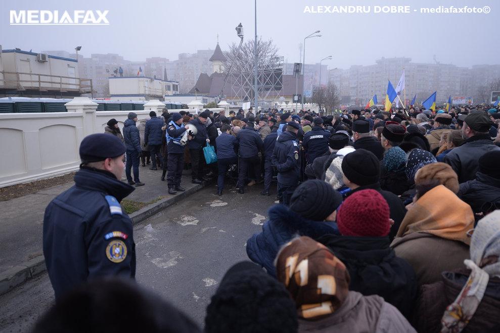 Jandarmii asigura ordinea in randurile pelerinilor veniti sa  asculte slujba de sfintire a altarului Catedralei Mantuirii Neamului, duminica 25 noiembrie 2018, in Bucuresti.