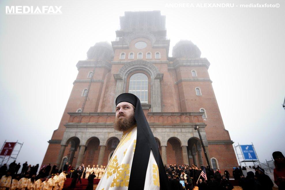 Un preot poate fi vazut pe fundalul  Catedralei Mantuirii Neamului, inainte de inceperea slujbei de sfintire a altarului lacasului de cult, duminica 25 noiembrie 2018, in Bucuresti.