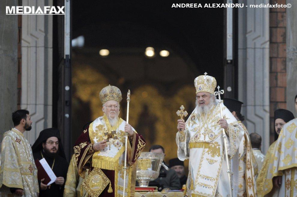 Patriarhul ecumenic al Constantinopolului, Bartolomeu (centru stanga) si patriarhul Romaniei, Daniel (centru dreapta), conduc ceremonia religioasa de sfintire a altarului Catedralei Mantuirii Neamului, duminica 25 noiembrie 2018, in Bucuresti