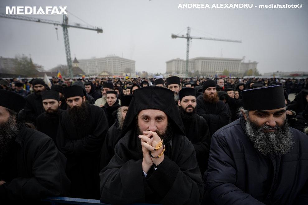 Un preot se roaga in timpul sfintirii altarului Catedralei Manturii Neamului,  duminica 25 noiembrie 2015, in Bucuresti.