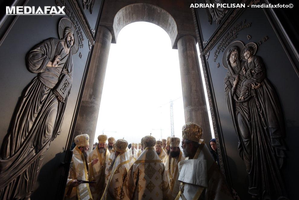 Preoti patrund in  Catedrala Mantuirii Neamului, pentru a participa la slujba de sfintire a altarului lacasului de cult, duminica 25 noiembrie 2018, in BUcuresti.