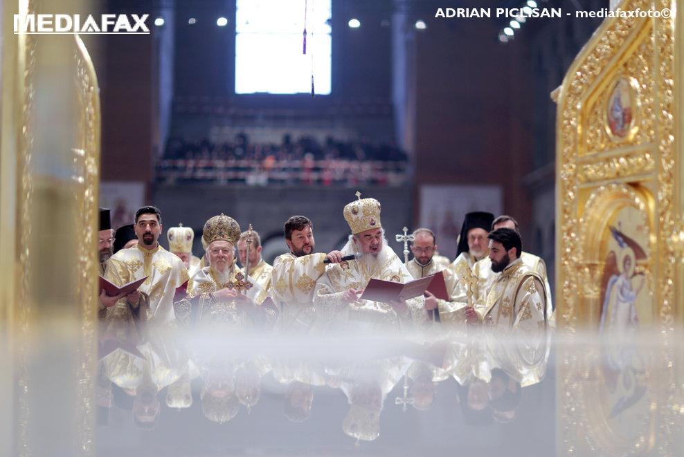 Patriarhul Daniel (centru dreapta) si Patriarhul Ecumenic al Constantinopolului, Bartolomeu (centru stanga), participa la cermonia de sfintire a altarului Catedralei Mantuirii Neamului, duminica 25 noiembrie 2018, in Bucuresti.
