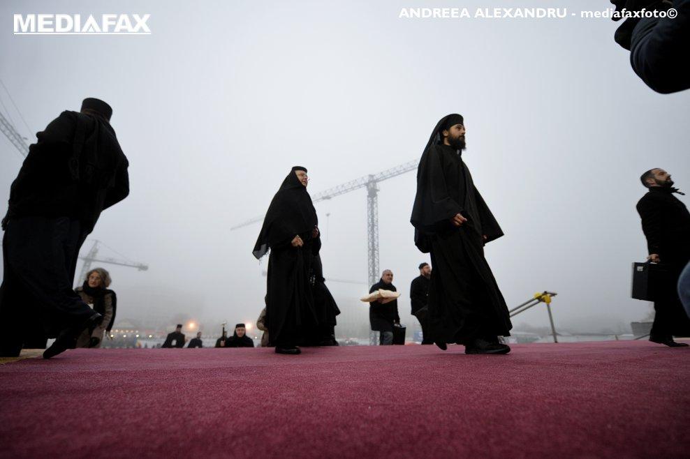 Preoti si calugarite sosesc la Catedrala Mantuirii Neamului, pentru a vizita altarul lacasului de cult, duminica 25 noiembrie 2018, in Bucuresti.