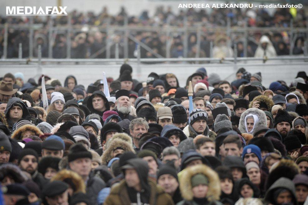 Zeci de mii de persoane aflate atat in curtea Catedralei Mantuirii Neamului, cat si in afara ei, au participat la slujba de sfintire a altarului lacasului de cult, duminica 25 noiembrie 2018, in Bucuresti.
