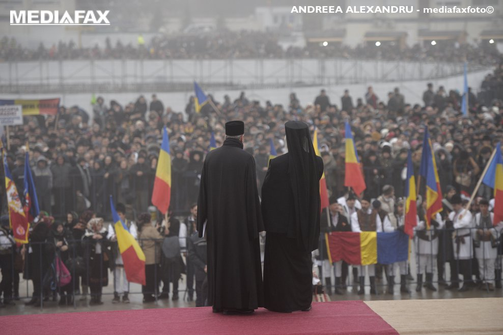 Zeci de mii de persoane asteapta in preajma Catedralei Mantuirii Neamului, pentru a li se permite intrarea in altarul lacasului de cult, duminica 25 noiembrie 2018, in Bucuresti.