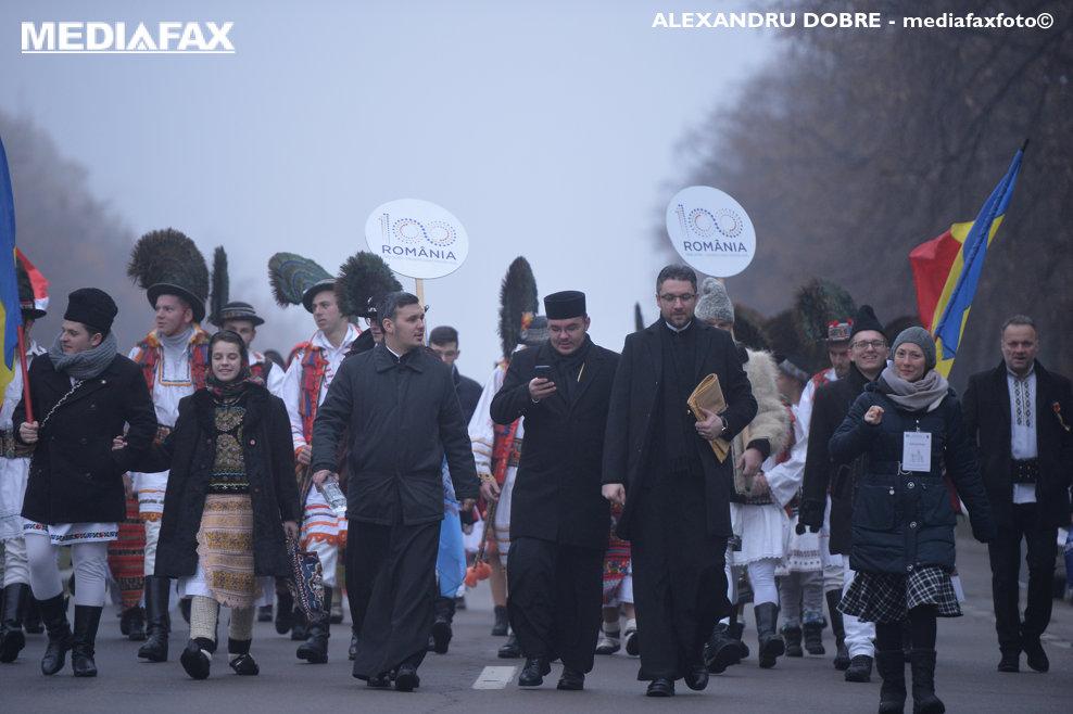 Inca din primele ore ale diminetii, sute de pelerini veniti din toata tara se indreapta catre Catedrala Mantuirii Neamului, pentru a participa la slujba de sfintire a altarului, duminica 25 noiembrie 2018, in Bucuresti.