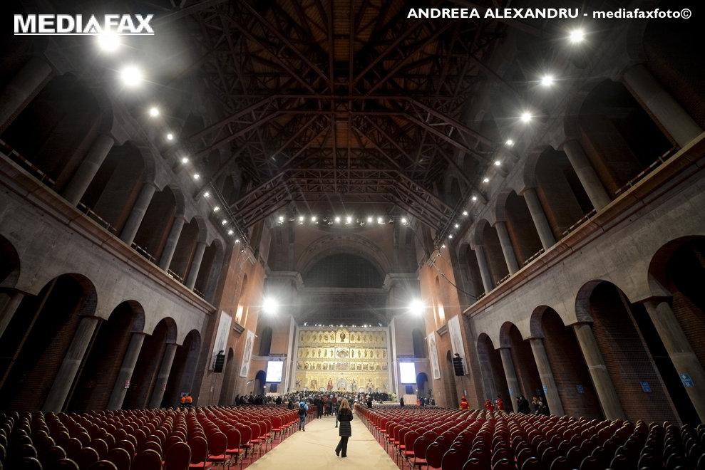 Credinciosilor ce au asistat afara, la sfintirea altarului Catedralei Manturii Neamului li s-a permis, la finalul ceremoniilor,  accesul in incinta lacasului de cult, duminica 25 noiembrie 2015, in Bucuresti.