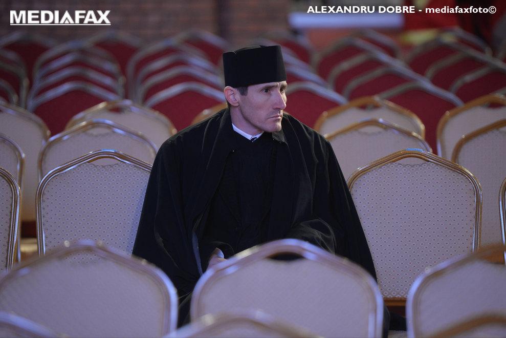 Un preot se odihneste pe unul din scaunele aflate in incinta Catedralei Manturii Neamului, la finalul ceremoniilor de sfintire a altarului,  duminica 25 noiembrie 2015, in Bucuresti.
