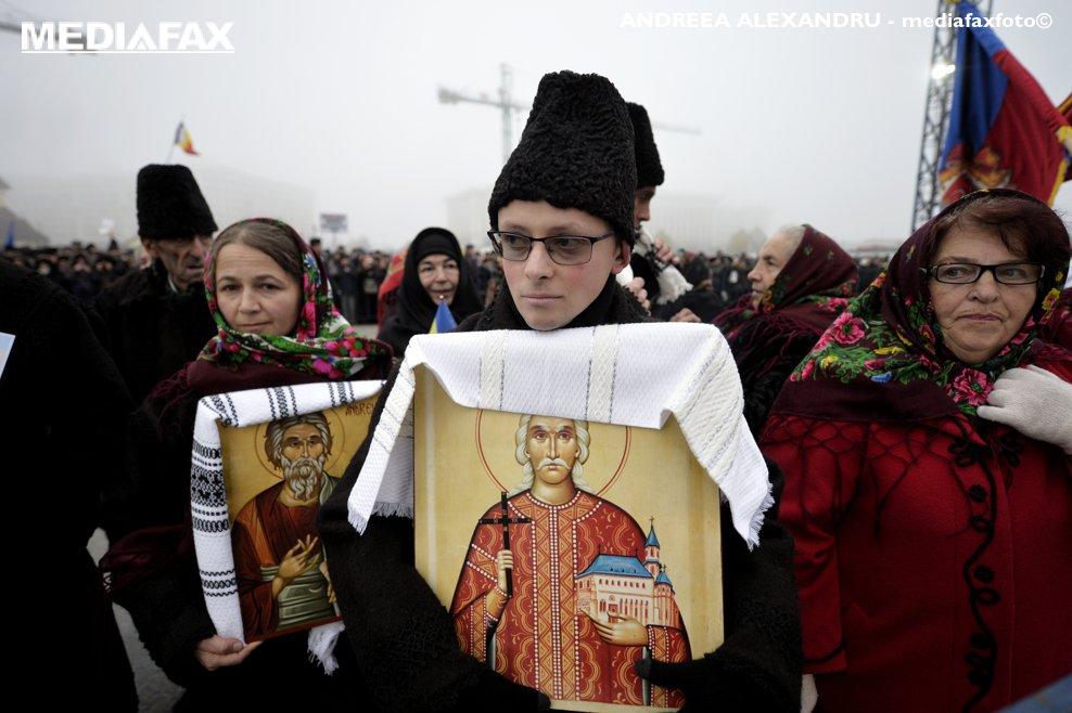 Pelerini purtand icoane sosesc la Catedrala Mantuirii Neamului, pentru a participa la slujba de sfintire a altarului lacasului de cult, duminica 25 noiembrie 2018, in Bucuresti.