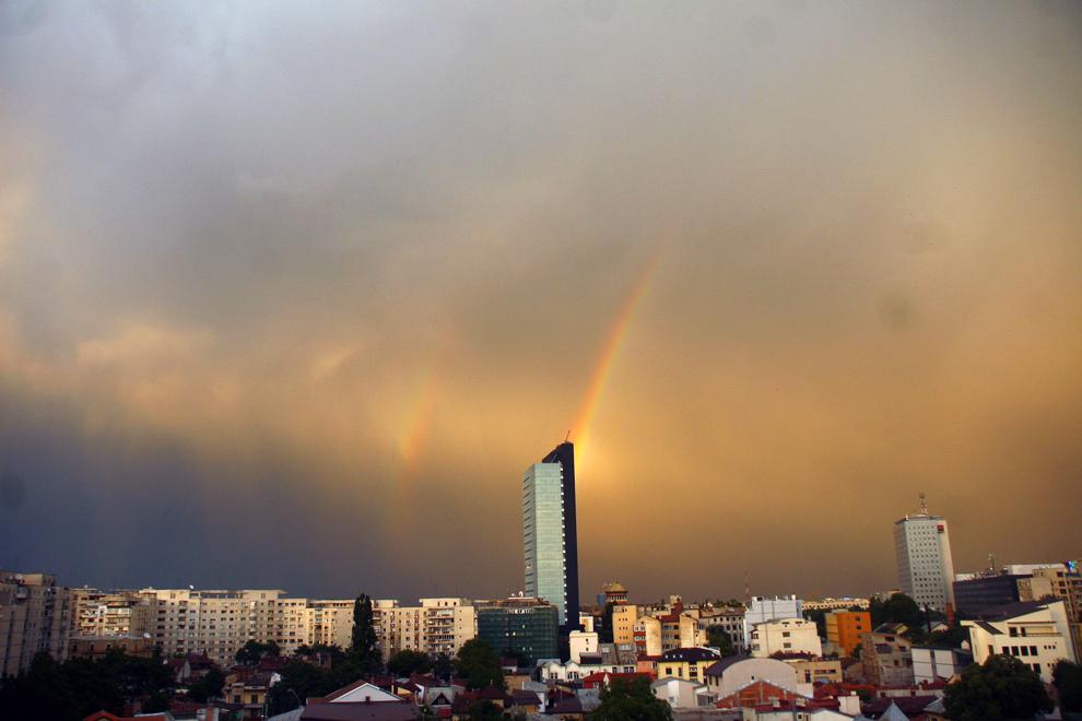 Un curcubeu dublu poate fi văzut în Bucuresti, joi, 11 iunie 2009.