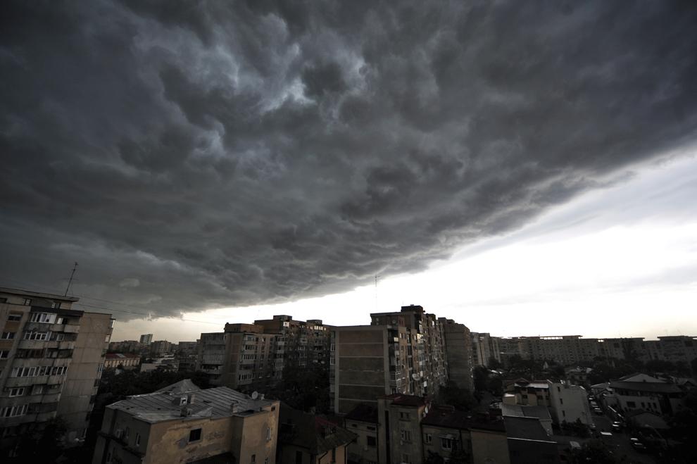 Nori de furtună deasupra parţii de nord a Bucureştiului, luni, 31 mai 2010.