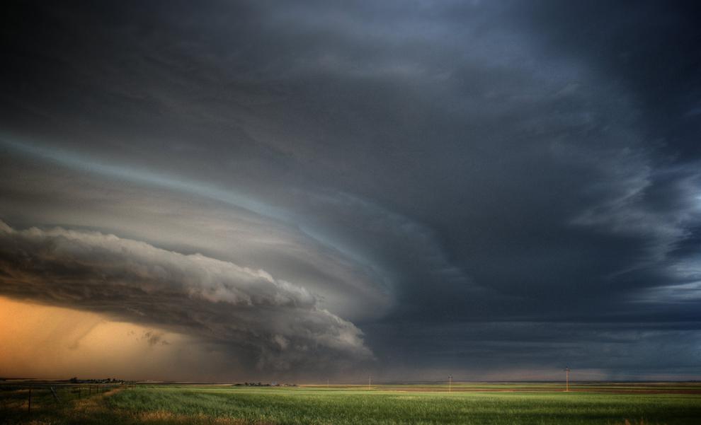 O supercelulă de furtună surprinsă în localitatea Glasgow, Montana, Statele Unite, joi, 2 decembrie 2010 de către vânatorul de furtuni Sean Hearvey.