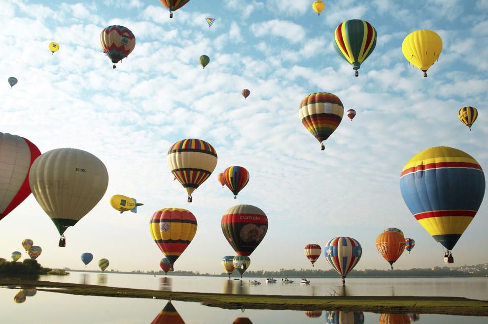 Baloane cu aer cald plutesc pe cer în timpul celui de-al unsprezece-lea Festival al Baloanelor, în Guanajuato, Mexic, joi, 8 noiembrie 2012. Acesta este cel mai mare eveniment de acest gen din America Latină şi unul dintre cele mai importante la nivel mondial.