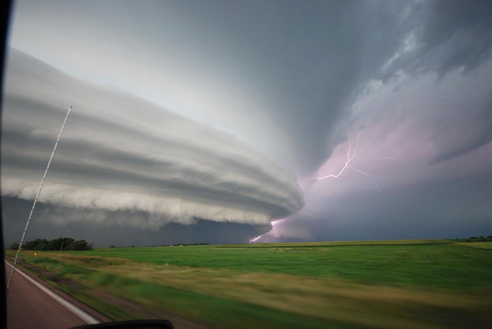 """Nori de furtună şi fulgere în Vivian, Dakota de Sud, Statele Unite, vineri, 23 iulie 2012. Această fotografie, intitulată """"The Icemaker"""" a participat la un concurs organizat de National Geographic."""