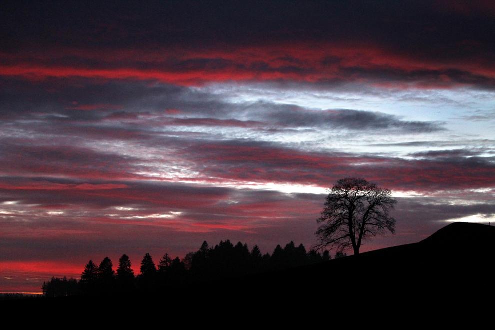 Nori roşii se văd trecând peste pantele din regiunea Allhaeu, la asfinţit, aproape de Neuenried, sudul Germaniei, luni, 7 ianuarie 2013.