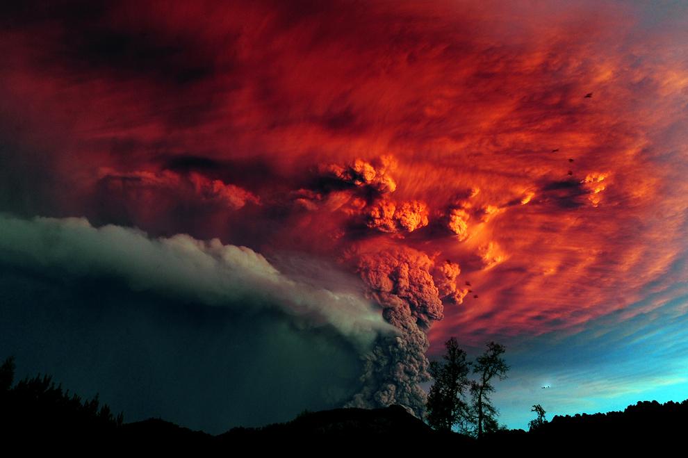 Un nor de cenuşă se ridică deasupra vulcanului Puyehue, aproape de Osorno, în sudul statului Chile, 870 km sud de Santiago, la 5 iunie 2011. Vulcanul Puyehue a erupt pentru prima dată după o jumătate de secol pe 4 iunie 2011, determinând evacuarea a 3.500 de oameni.