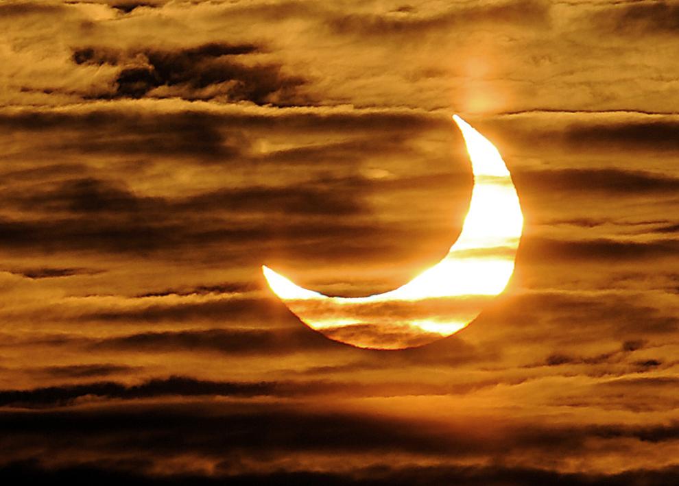 O fotografie facută marţi, 4 ianuarie 2011 în Locon, nordul Franţei, prezintă prima eclipsă parţială de soare a anului.
