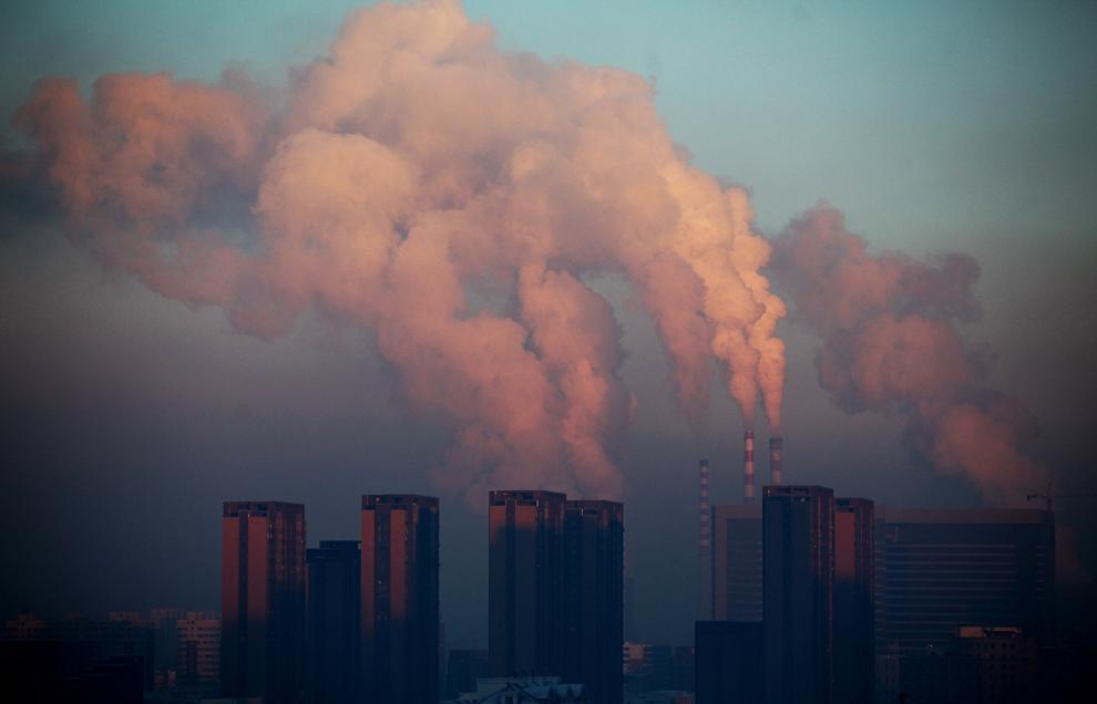 O termocentrală din Changchun, nord-estul Chinei, eliberează în atmosferă nori grei de fum, marţi, 22 ianuarie 2013.
