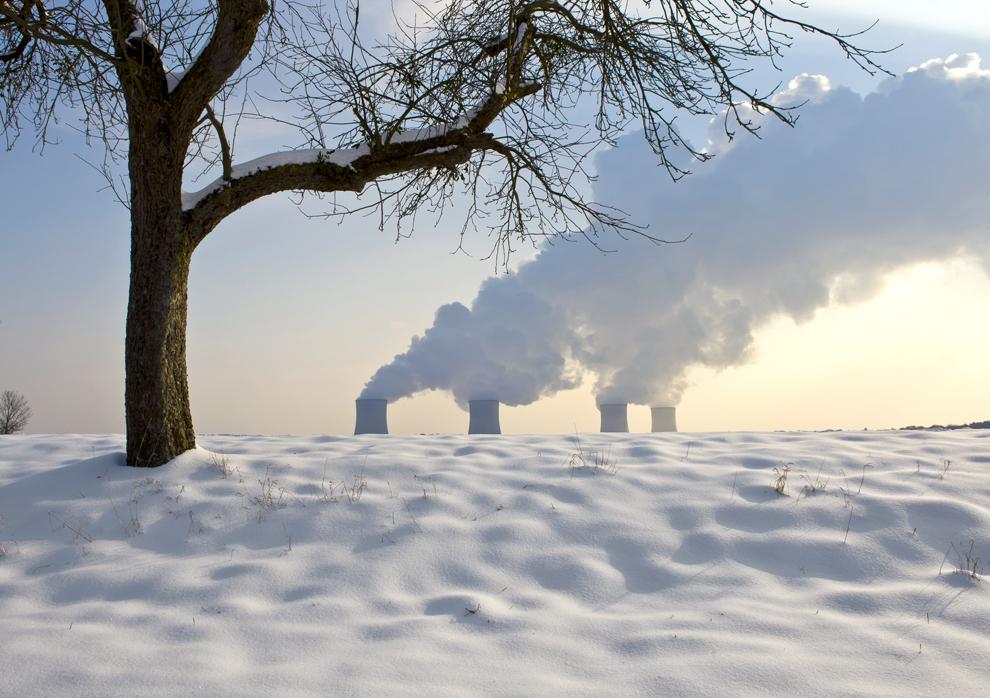 Centrala nucleară din Cattenom, în estul Franţei, poate fi văzută lângă un câmp acoperit cu zăpadă, marţi, 31 ianuarie 2012.