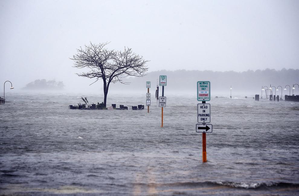 Mai multe străzi se află sub apă înaintea sosirii uraganului Sandy, în Rehoboth Beach, Delaware, luni, 29 octombrie 2012. Uraganul Sandy este aşteptat să atingă uscatul în zona cuprinsă între Atlantic City şi Cape May în jurul orei 6 PM.