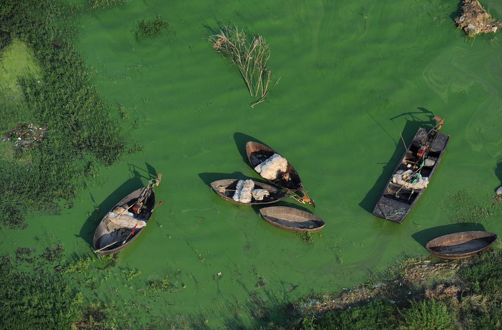 O fotografie realizată pe 15 septembrie 2012 înfăţişează câteva bărci ancorate în mlaştinile din Chaohu, în provincia Anhui din centrul Chinei. Un raport al Agenţei Olandeze de Evaluare a Mediului Înconjurător şi al Centrului de Cercetare Comună al Comisiei Europene, publicat la începutul anului, a arătat ca emisiile de dioxid de carbon ale Chinei au crescut în 2011.