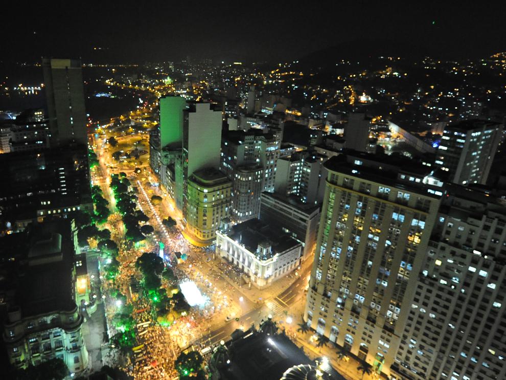 O imagine realizată pe 20 iunie 2012 înfăţişează bulevardul Rio Branco din Rio de Janeiro, Brazilia, unde are loc 'Marşul Global', în cadrul Conferinţei pentru Dezvoltare Durabila UN Rio+20, cel mai mare eveniment de acest fel, la care participă 50.000 de delegaţi.