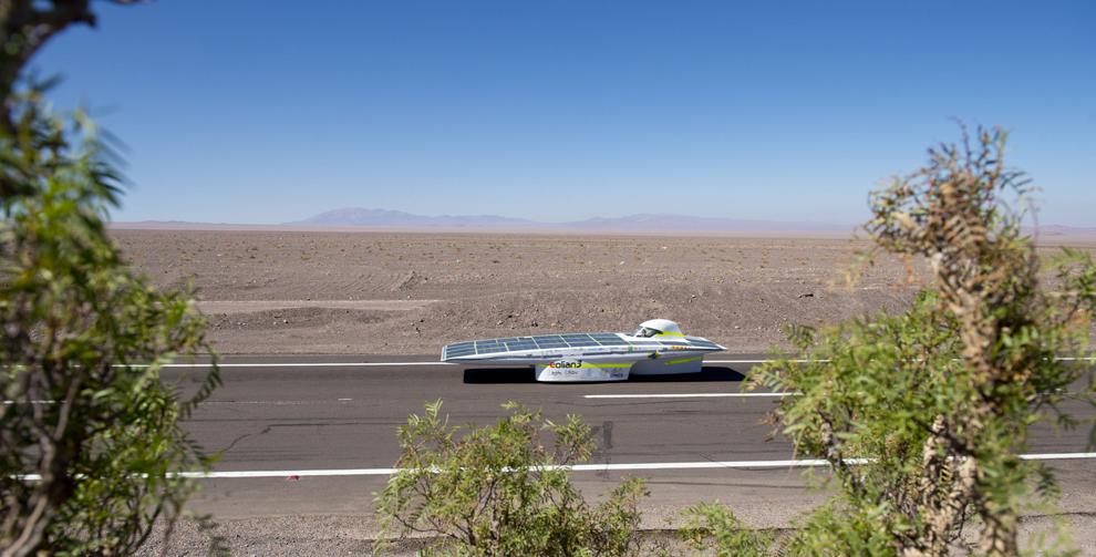 Echipa chiliană Eolian 3 concurează în a doua etapă a Competiţiei Solare Atacama, o cursă organizată pentru automobilele solare în deşertul Atacama din nordul statului Chile, în apropiere de San Pedro de Atacama, duminică, 16 noiembrie 2012.