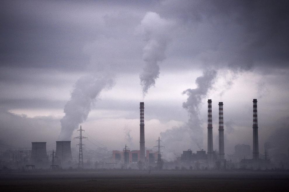 Coşurile unei termocentrale din Sofia scot fum, joi, 14 februarie 2013.