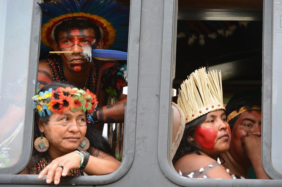 Nativi brazilieni sosesc la centrul expoziţional RioCentro pentru a înmâna declaraţia Kari-Oca II liderilor care participă la Conferinţa ONU pentru Dezvoltare Durabilă, Rio+20, în Rio de Janeiro, Brazilia, vineri, 21 iunie 2012.