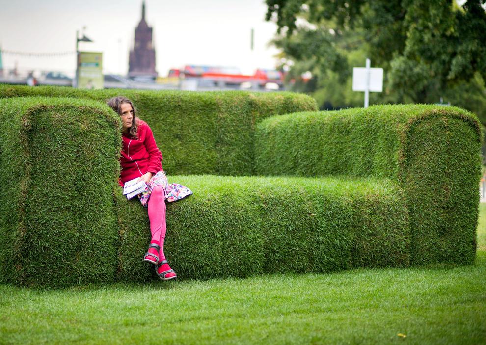 O femeie stă pe o canapea realizată din iarbă, în Frankfurt, miercuri, 12 septembrie 2012. Iniţiativa, denumită 'Canapeaua principală', a aparţinut ministrului federal al Mediului, Lucia Putrich, pentru a evidenţia evenimentul care urmează a avea loc pe 19 septembrie 2012, denumit 'Tag der Nachhaltigkeit' (Ziua Durabilităţii).