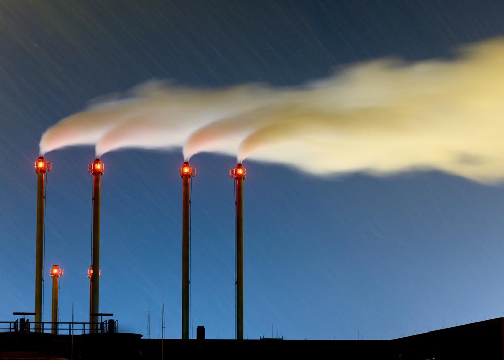 Pe hornurile termocentralei din apropierea aeroportului Brandenburg Willy Brandt iese fum, în Schoenefeld, miercuri, 12 decembrie 2012.