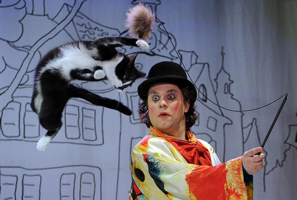 Vladimir Kouklatchev evoluează alături de o pisică într-un spectacol desfăşurat la Teatrul de pisici din Moscova,  Rusia, vineri, 3 mai 2013.