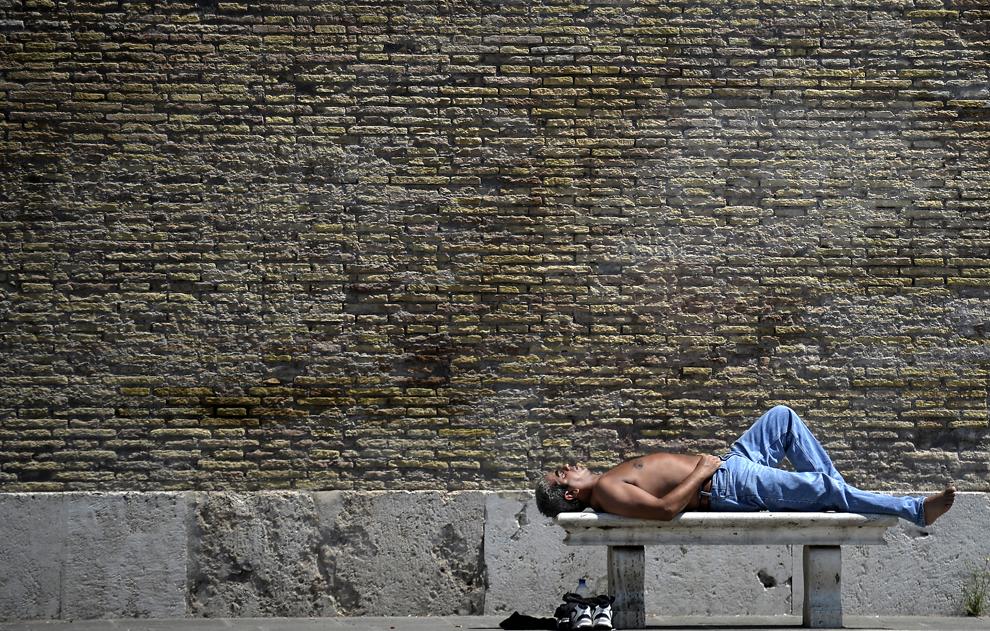 Un bărbat stă la soare în Piazza del Popolo din Roma, Italia, sâmbătă, 27 iulie 2013.