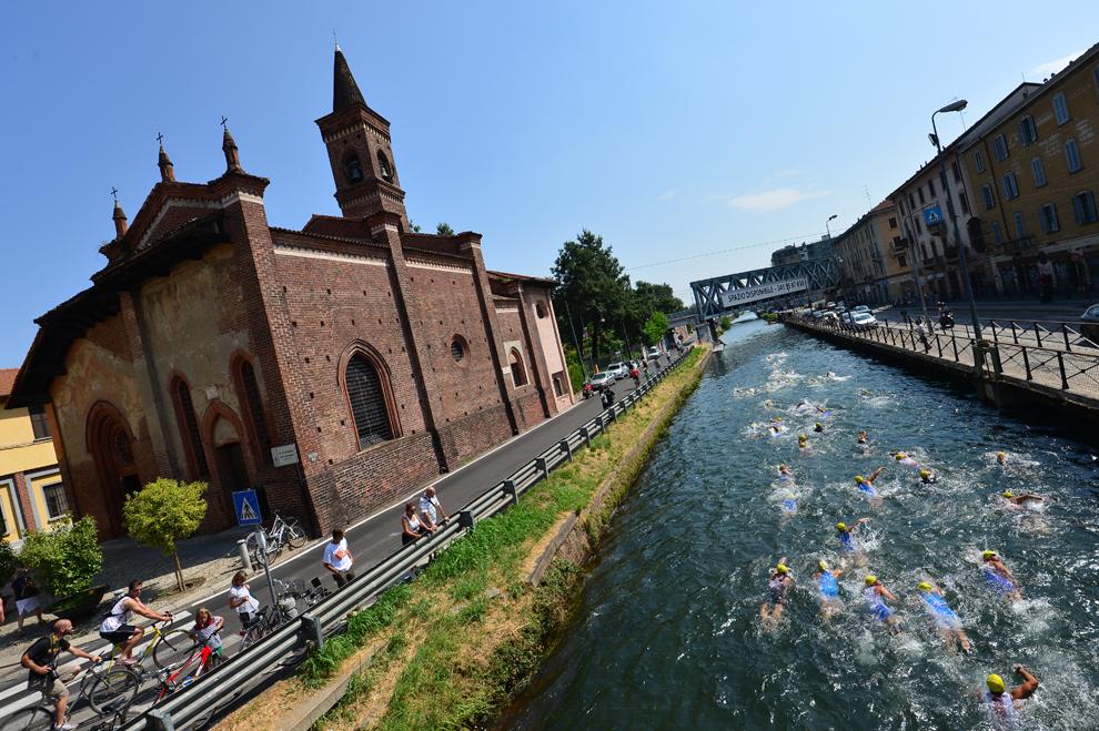 Concurenţi înoată în timpul cursei locale de triathlon, desfăşurate pe canalul Naviglio Grande din Milano, Italia, duminică, 28 iulie 2013.
