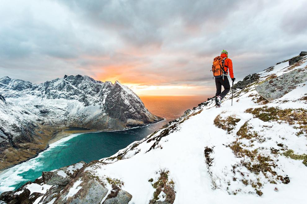 Indiferent de anotimp, Insulele Lofoten sunt o destinatie excelenta pentru iubitorii de drumetii montane. Desi muntii nu sunt inalti, faptul ca traseele incep la nivelul marii, iar stancile sunt abrupte, orice drumetie poate fi o experienta de neuitat. Fotografia a fost realizata in timpul urcarii pe varful Ryten. In fundal, se observa plaja Kvalvika.