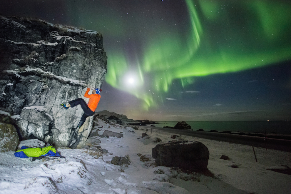 Ce poti face iarna, la -2 grade Celsius, in Lofoten, cand Aurora da spectacol? Te cateri pe bolovanii de pe marginea drumului. Pe langa faptul ca fotografiaza peisaje, Alex este atras si de sporturile in natura. Asa ca, de multe ori, incearca sa integreze activitatile in aer liber in fotografia sa de peisaj.