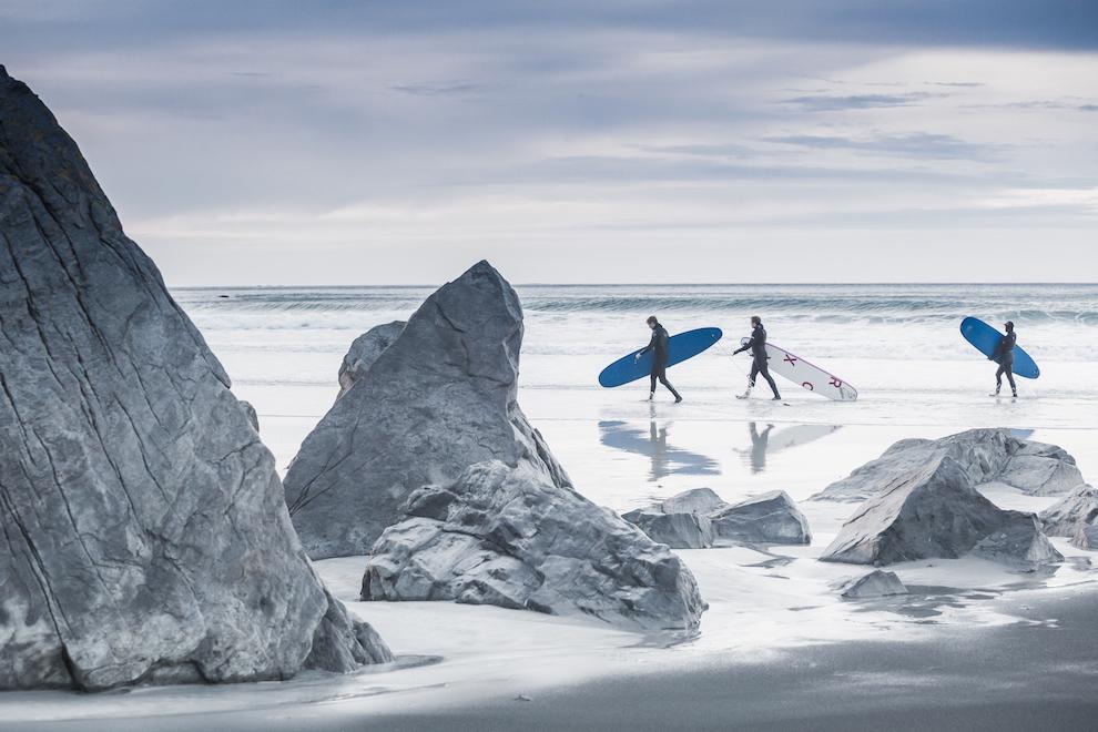 Desi ne aflam deasupra Cercului Polar, surfingul este o activitate des practicata in Lofoten. Cu un costum adecvat si putina nebunie, surferii petrec ore intregi in valurile reci ale Marii Norvegiei.