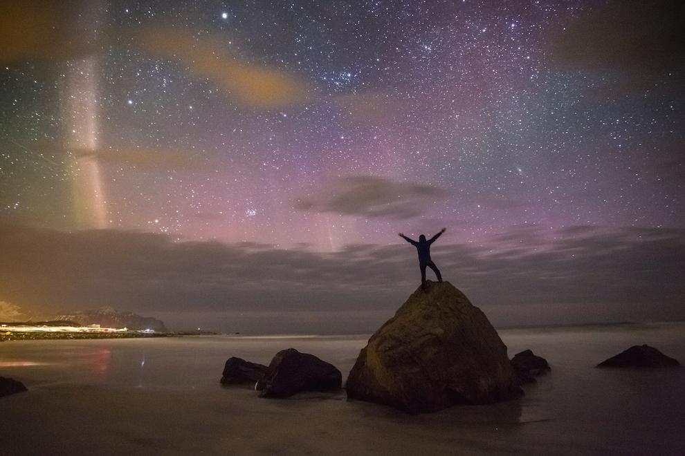 Desi Aurora nu este mereu foarte spectaculoasa, trebuie sa te bucuri de fiecare moment in care o vezi. Daca faci asta de pe o plaja pustie, e si mai bine! Fotografia a fost realizata pe plaja Skagsanden, din Flakstad.