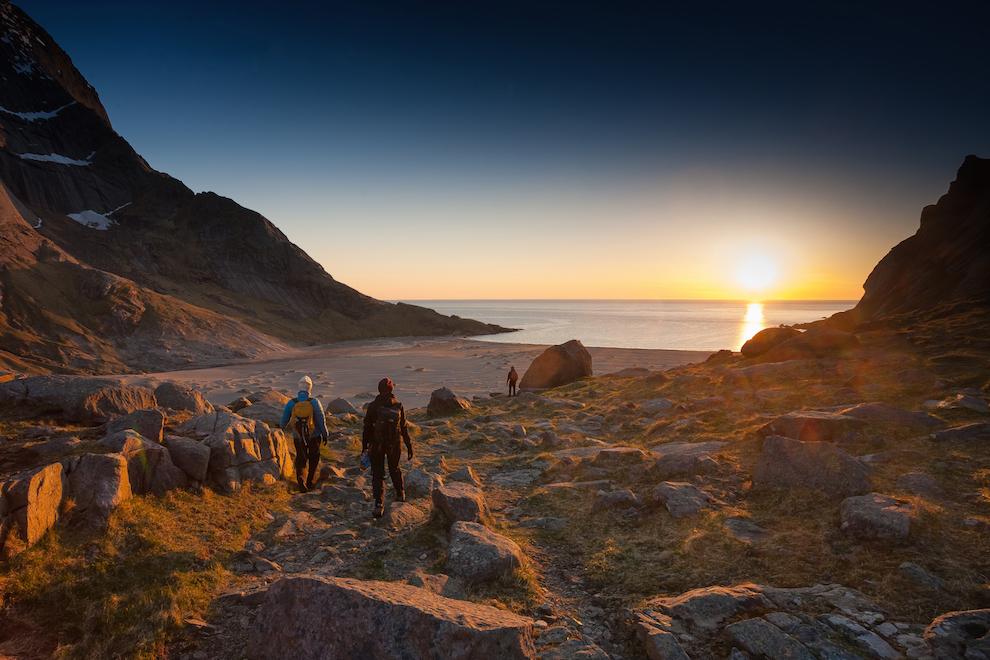 De la finalul lui mai pana la jumatatea lui iulie, Soarele nu apune in Insulele Lofoten. Asadar, e o perioada buna pentru drumetii montane in miez de noapte. Lumina calda te scoate din casa. Imaginea a fost realizata pe plaja Bunes.