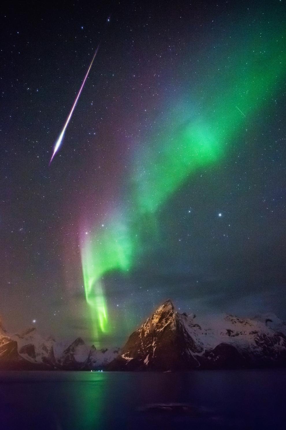 Ati putea crede ca obtinerea unei fotografii care sa surprinda atat Aurora Boreala, cat si un meteor spectaculor, este o chestiune de noroc.  Nu e tocmai adevarat. Atunci cand fotografiezi Luminile Nordului in fiecare noapte senina, sansele cresc destul de mult. Ca in multe alte domenii, determinarea si consecventa conduc spre reusita in astrofotografie.