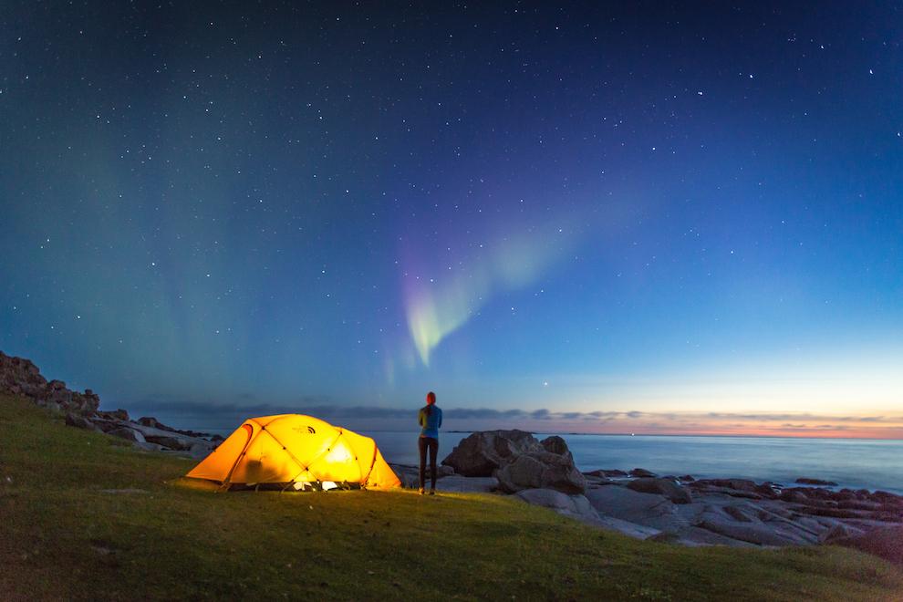 Sfarsitul lunii august te poate gasi langa un cort, pe o plaja, asteptand Aurora Boreala. E ceva ce trebuie sa incerci macar o data in viata. Fotografia a fost realizata pe plaja Uttakleiv, in august 2014.