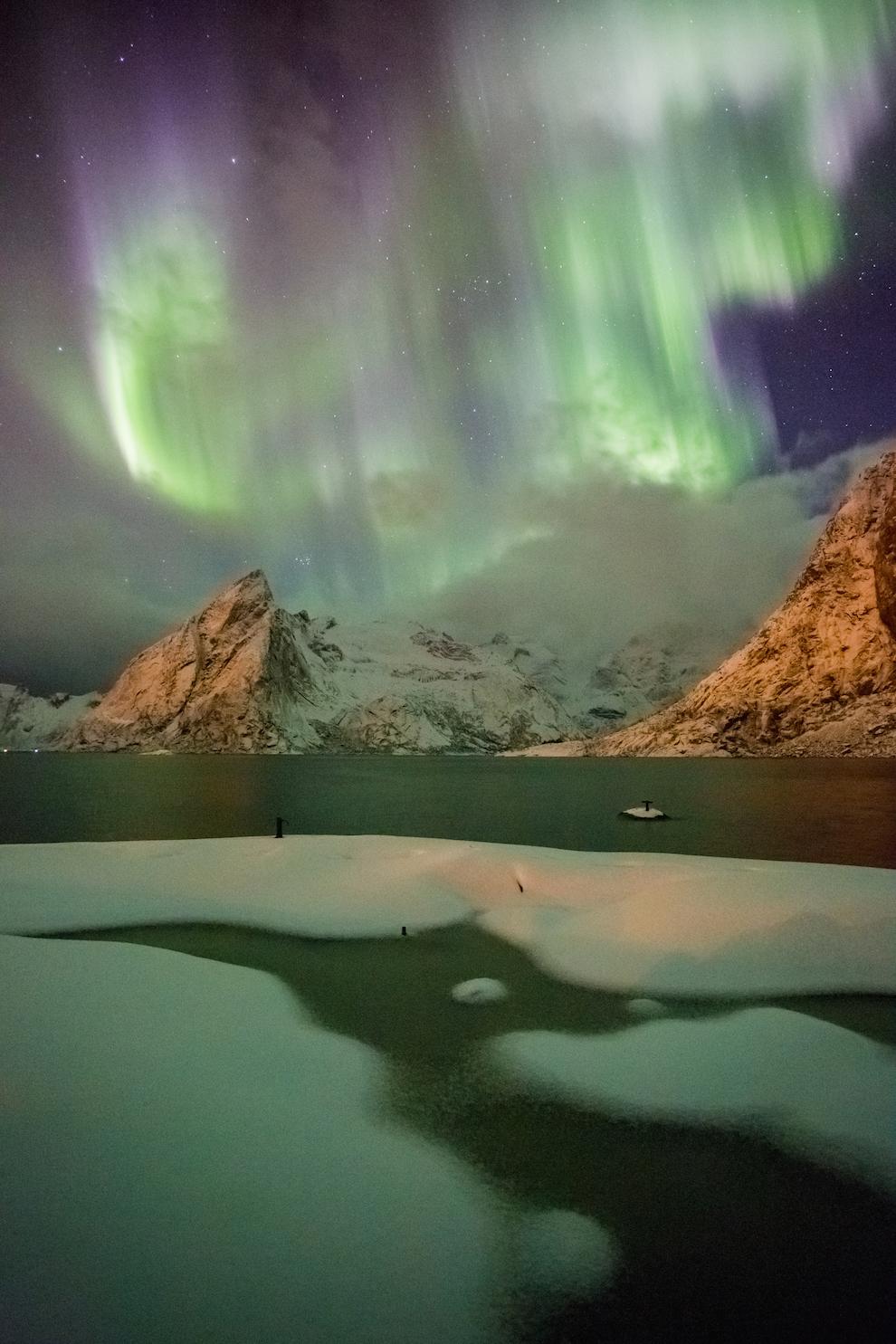 In Insulele Lofoten, Aurora Boreala poate fi observata de la finalul lunii august pana la jumatatea lunii aprilie. Din motive inca necunoscute, activitatea Aurorei este mai intense in preajma echinoctiilor. Imaginea a fost realizata cu o zi inainte de echinoctiul de primavara, in 2015, in satul Hamnøy.
