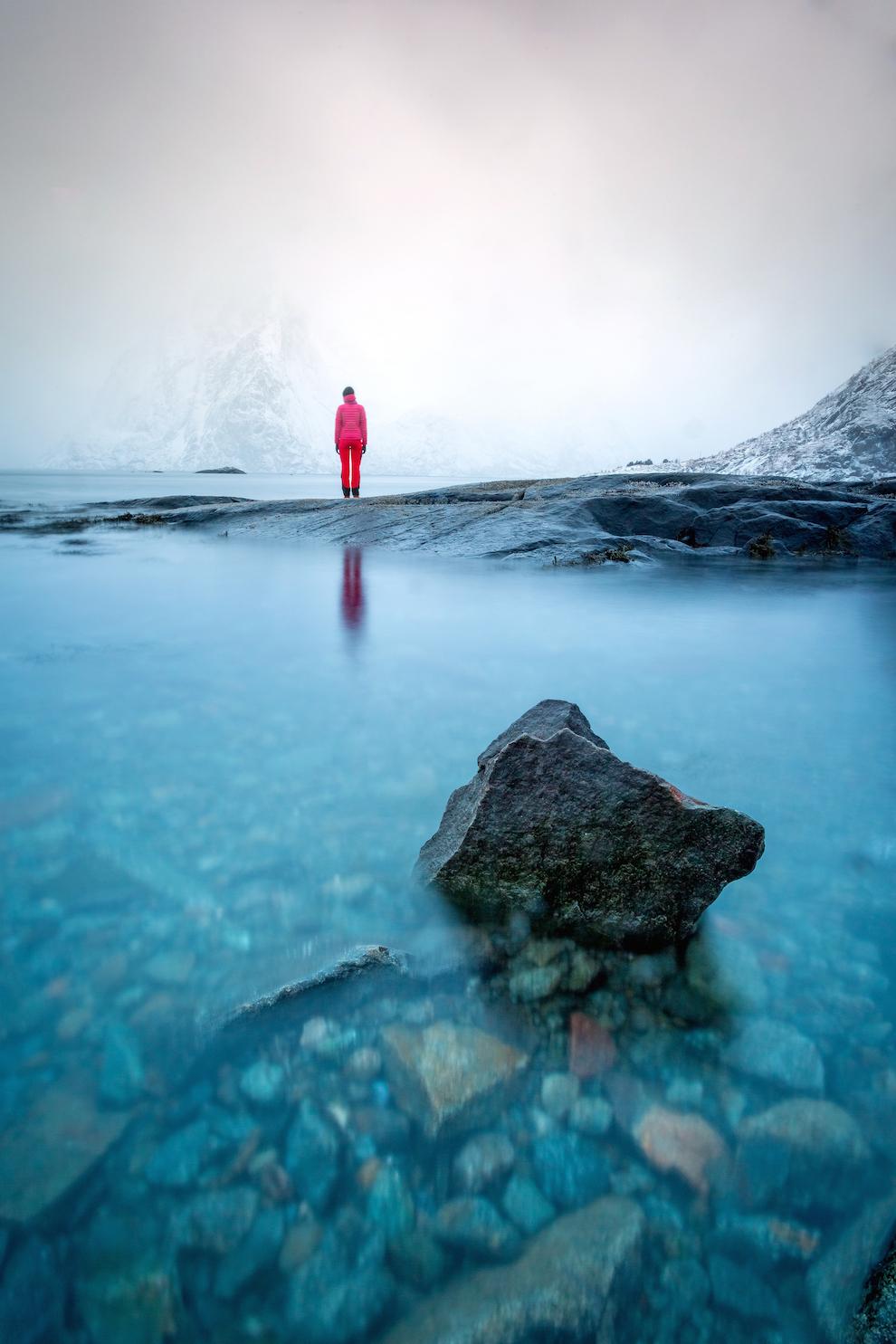 Vremea este extrem de schimbatoare in Insulele Lofoten. Atunci cand locuiesti deasupra Cercului Polar, incetezi sa iti mai faci probleme legate de vreme. Orice vreme este vreme buna. Totul e sa te imbraci adecvat.