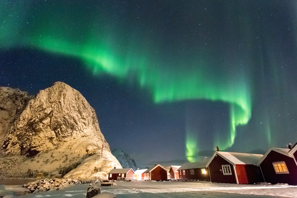 Satele pescaresti din Lofoten reprezinta o atractie turistica si, totodata, locurile unde se intalnesc, an de an, pescari din toata lumea.  Se pescuieste intens din ianuarie in aprilie, atunci cand codul migreaza din Marea Barents in Marea Norvegiei pentru a se inmulti. In imagine, Aurora Boreala danseaza peste casele rosii din Hamnøy.